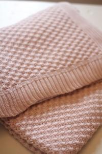 Kuschelige Decken in zartrose