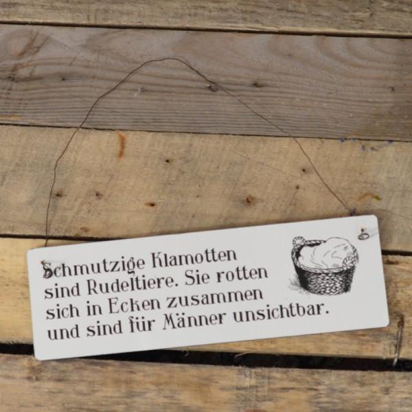 Holzschild: Schmutzige Klamotten sind Rudeltiere. Sie rotten sich in Ecken zusammen uns sind für Män